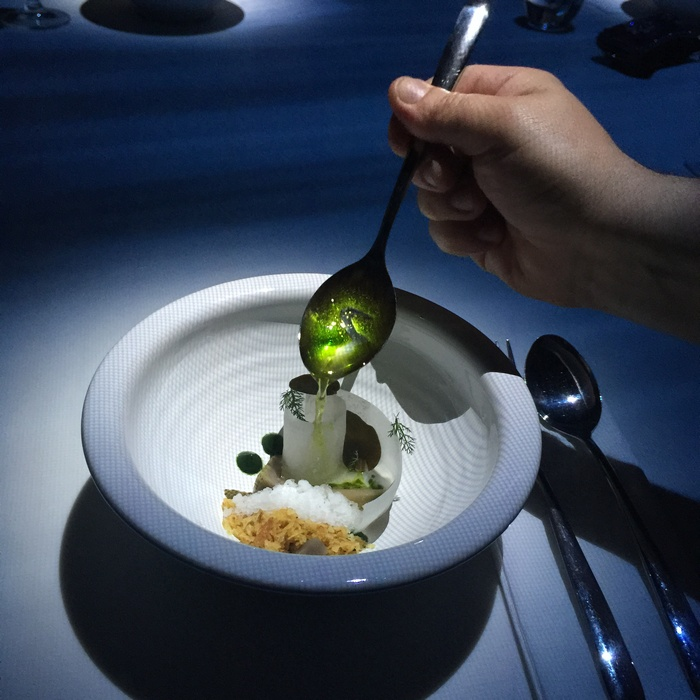 Το προσωπικό λούζει το πιάτο με σάλτσα μυδιών...