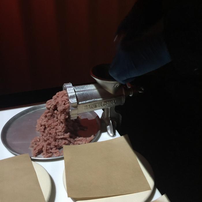 Το ταξίδι συνεχίζεται...Μία μηχανή που κόβει το κρέας σε κιμά εμφανίζεται στο τραπέζι μας...