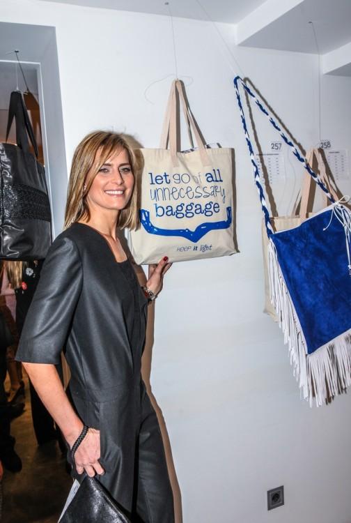 Η Τατιάνα Μπλάτνικ μπροστά στις δύο tote bags που υπέγραψε για την Creaid!