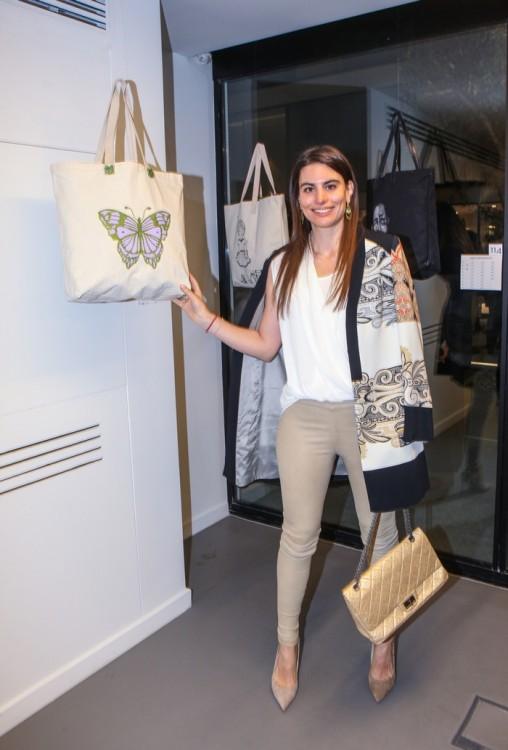 Το Λαουράκι, μπροστά στην πανέμορφη tote bag της