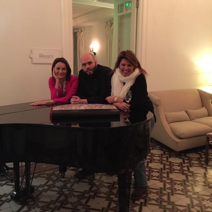 Με τη νέα διευθύντρια του Poseidonion Grand Hotel, Μαρία Στρατή και τον chef Σταμάτη Μαρμαρινό, μπροστά στο πιάνο, στο library...Πόσες στιγμές...
