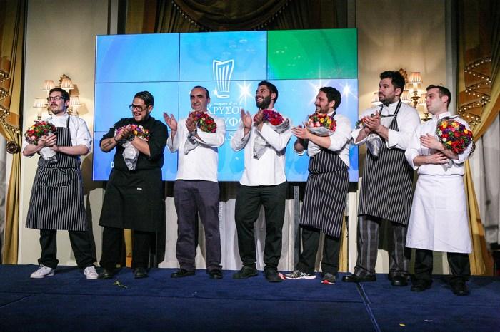 Οι τριαντάρηδες σεφ που δημιούργησαν το δείπνο των έξι πιάτων για το dinner de gala των Χρυσών Σκουφών. Από αριστερά: Αλέξανδρος Τσιοτίνης, Αθηναγόρας Κωστάκος, ο Σωτήρης Ευαγγέλου, Μιχάλης Νουρλόγλου, Παναγιώτης Γιακαλής, Γκίκας Ξενάκης και Ευγένιος Βαρδακαστάνης