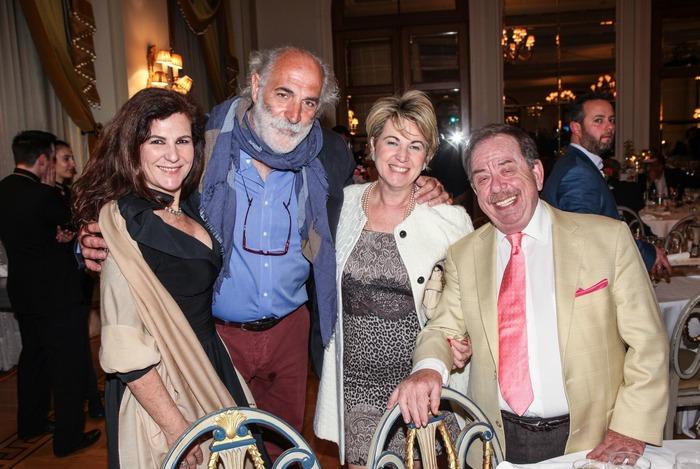 Η Μπίλιω Τσουκαλά, ο Γιώργος Πίττας και ο Ηλίας Μαμαλάκης με τη σύζυγό του Ντορίτα Πετρατζά
