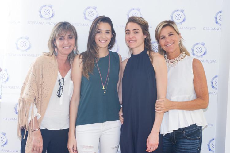 2. Η Νόρα Μπενρουμπή με την κόρη της, Αλεξία Μουστρούφη, και η Στεφανία Φραγκίστα με τη μητέρα της, Αλίκη Μπενρουμπή