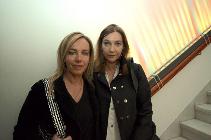 Η Δανἀη Στράτου-Βαρουφάκη με μια φίλη της.