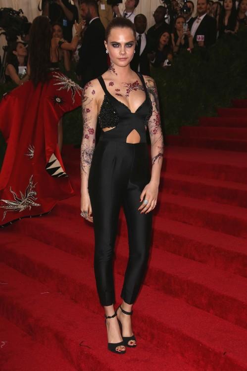 H Cara Delevingne με Stella Mc Cartney και εντυπωσιακό body tattoo