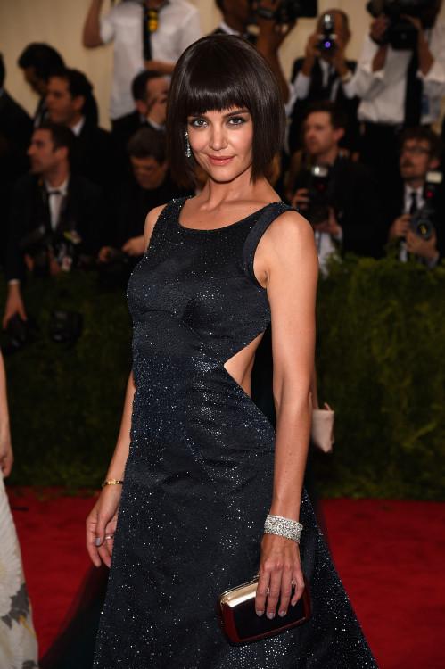 Η  Katie Holmes επέλεξε να φορέσει ένα μοναδικό ζευγάρι κρεμαστά σκουλαρίκια με διαμαντια 13.22 καράτια σε πλατίνα,  δακτυλίδι με ζαφείρια με ζαφείρι πουάρ 10.30 καράτια και 0.94 καράτια διαμάντια σε λευκό χρυσό,  διαμαντένιο μπρασελέ  με οβάλ διαμάντια 20.44 καράτια σε λευκό χρυσό 18 καρατίων, διαμαντένιο μπρασελέ  με διαμάντια princess-cut 7.50 καράτια σε πλατίνα και διαμαντένιο μπρασελέ με διαμάντια 18.86 καράτια σε λευκό χρυσό 18 καράτια. Όλα από την Chopard.