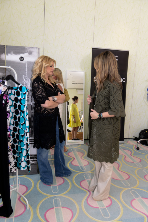 Η Άννα Τάσσου δοκιμάζει το αγαπημένο μου φόρεμα-μαντό στο χρώμα της ελιάς