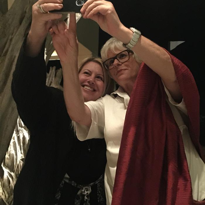 H Εύη Φέτση και η Κική Τριανταφύλλη σχολιάζουν σε facebook, twitter & instagram, βγάζουν selfies και εγώ τις φωτογραφίζω....Πίνουμε απίθανα cocktails στο Sea You Up και ανυπομονούμε για την δεύτερη ημέρα της εδώ διαμονής μας...