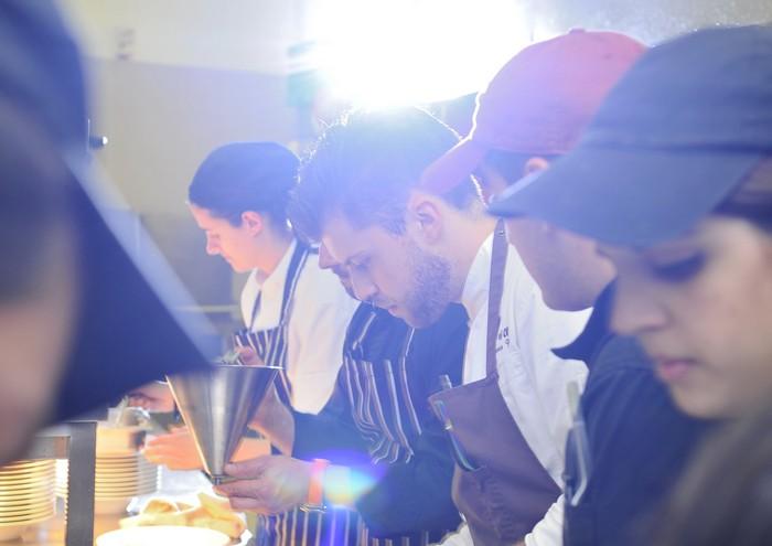 Ο 27χρονος σταρ του φετινού Sani Gourmet Festival, σε έναν πυρετό προετοιμασιών στην κουζίνα...