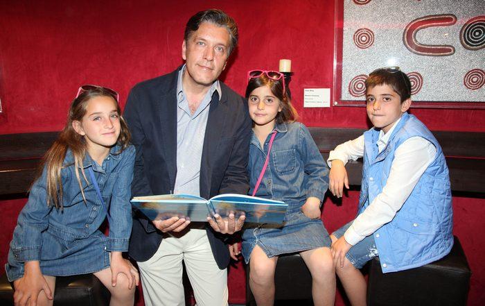 Ο Ζήσης Μπουκουβάλας με τα παιδιά του, Ελεονώρα, Λυδία και Κωνσταντίνο Μπουκουβάλα