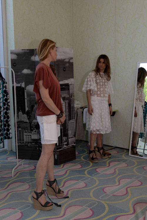 Η Κατερίνα Ζουγανελη με σορτς See You Klio και η Άννα Τάσσου με total outfit της Συλλογής
