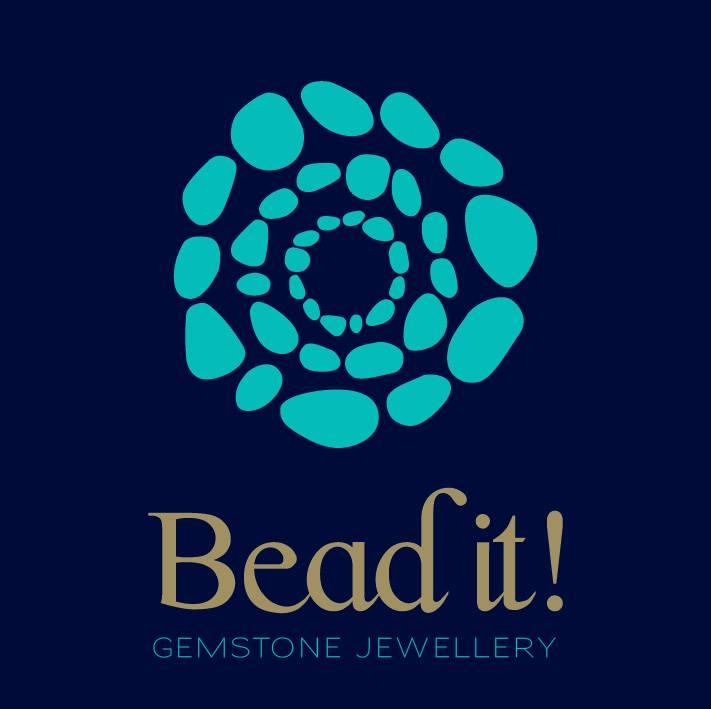 Η φετινή άνοιξη μας βρίσκει σε ρυθμούς Bead it! Βάλτε χρώμα, κέφι και αισιοδοξία στη ζωή σας διαλέγοντας δημιουργίες του brand που έχουν αγαπήσει και αναδείξει σε απόλυτη επιλογή πολλές γνωστές Αθηναίες - και όχι μόνο. Συντονιστείτε σε Bead it!, λοιπόν, και κάντε την επιλογή σας ανάμεσα από κοσμήματα, βραχιόλια και σκουλαρίκια στα πιο φωτεινά χρώματα και στους πιο απίθανους συνδυασμούς. Η νέα συλλογή με την οποία η γνωστή σειρά υποδέχεται τη νέα σαιζόν, είναι έτοιμη να κλέψει τις καρδιές σας. ΄Εχει επιρροές, μεταξύ άλλων, από την αρχαία Ελλάδα και περιλαμβάνει πολλές και διαφορετικές προτάσεις σε χρώματα για όλα τα γούστα: τυρκουάζ, γαλάζιο, ροζ, φλούο, κοραλλί, λευκό, αμέθυστος, αποχρώσεις της λεβάντας, γήινα χρώματα αλλά και ιδιαίτερες προτάσεις με ανοιξιάτικη, πασχαλινή διάθεση σε πεπονί, φούξια και κόκκινο της φωτιάς. Μια ποικιλία ημιπολύτιμων λίθων στα γνωστά ευφάνταστα σχέδια με τη σφραγίδα Bead it είναι η απόδειξη ότι η - προσιτή – πολυτέλεια δικαιούται να αποτελέσει κομμάτι της ζωής μας. Και να γίνει το αντίδοτο σε ότι μπορεί να μας χαλάσει τη διάθεση. Ας χαμογελάσουμε, λοιπόν. Η άνοιξη είναι εδώ. Και δεν έχουμε παρά να την υποδεχτούμε με Bead it!