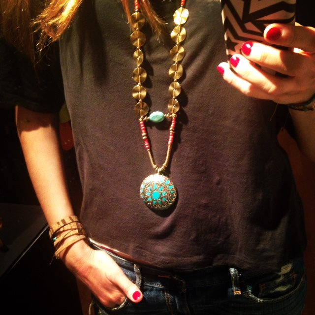 """""""Beauty will save the world"""" είναι το motto της και πάθος της τα κοσμήματα. Μιλάει για την ομορφιά σαν προέκταση του εσωτερικού μας κόσμου. Θέμα που την παθιάζει γιατί αφορά την εσωτερική αναζήτηση. Από εκεί και το όνομα """"Sadhana Jewelry"""" που σημαίνει αναζήτηση στα σανσκριτικά. Ένα όνομα που την αντιπροσωπεύει καθότι είναι ανήσυχο πνεύμα και η αναζήτηση κάθε μορφής την αφορά. Ψάχνει συνεχώς νέους δρόμους δημιουργικότητας, νέα υλικά και τεχνικές. Κάπως έτσι λοιπόν η Φαίη Λεούση ακούει πλέον και στο όνομα """"Sadhana"""", και σας περιμένει όλους αυτή την Τετάρτη 3 Ιουνίου, στο bazaar """"Summer on the City""""!"""