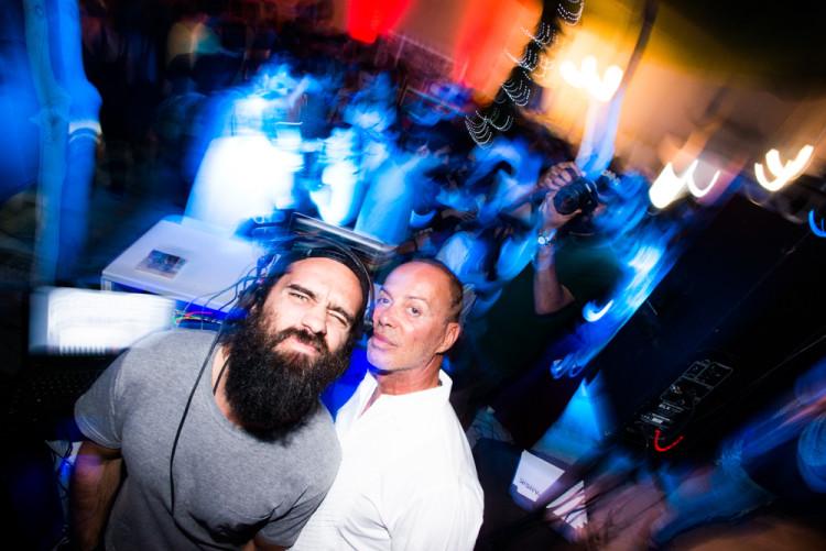 Ο DJ John John με τον Λάκη Γαβαλά