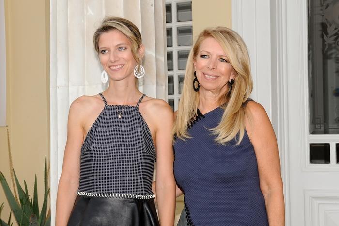Η Ζέτα Αντσακλή με την κόρη της Αλεξία Αντσακλή- Βαρδινογιάννη στην έκθεση ζωγραφικής που διοργανώθηκε από την πρώτη στο Poseidonion Grand Hotel