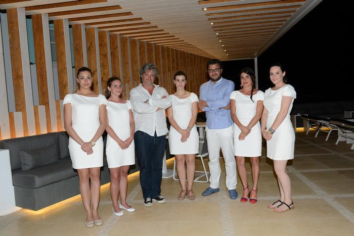 O Γάλλος κριτικός εστιατορίων Sebastien Ripari, Ο Γενικός Διευθυντής του ξενοδοχείου Παναγιώτης Σωπιάδης και τα κορίτσια του Bill & Coo