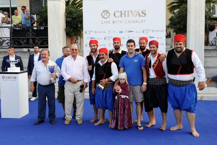 Ο Αντιπρόεδρος του Ναυτικού Ομίλου Ελλάδος, Νώντας Λαμπαδάριος βραβεύει το πλήρωμα του ελληνικού καΐκιού Αι Γιώργης