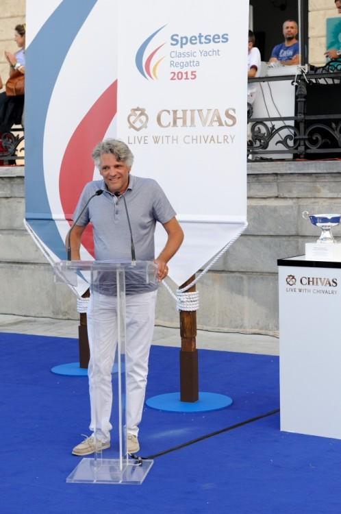 Ο CEO της Pernod Ricard Hellas, Christophe Lemarie απονέμει το κορυφαίο βραβείο της διοργάνωσης Spirit Chivalry Award