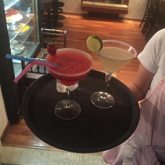 Με το που καθόμαστε, το πάντα ευγενινό και φιλικό προσωπικό του Amayrillis μας ενημερώνει για τα περιβόητα και ευφάνταστα cocktails του. Τα οποία απολαμβάνουμε την ώρα του ηλιοβασιλέματος...Bliss!