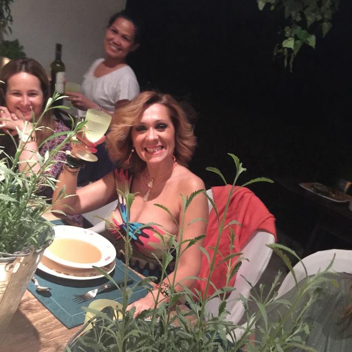 Η Τζίνα Θανοπούλου, κολλητή της οικοδέσποινας, μάλλον γνώριζε το σημερινό μενού, μιας και επιλέγει φόρεμα και εσάρπα του Missoni, στα χρώματα του gazpacho!!!! Γελάμε όλες μαζί όταν της το λέμε...