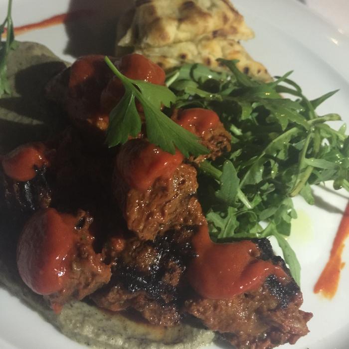 Περνάμε στο κρέας, και στο πιάτο που -δικαίως-περηφανεύεται η Galazia Hytra: Αρνί φιλέτο μαριναρισμένο με χαρίσα, μέντα και πουρέ ψητής μελιτζάνας...
