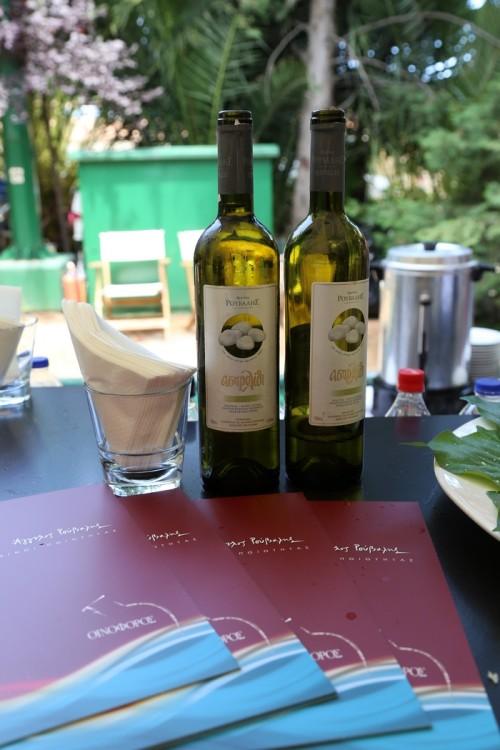 Το Ασπρολίθι, το πιο γνωστό λευκό κρασί του Άγγελου Ρούβαλη γεννήθηκε από τους Ροδίτες της ορεινής Αιγιάλειας το 1990 και αποτελεί κάθε χρόνο την καλύτερη έκφραση της ελληνικής αυτής ποικιλίας. Χαρακτηρίζεται γευστικά από την ικανή οξύτητα των ορεινών αμπελώνων, τα φρουτώδη αρώματα με νότες εσπεριδοειδών, χαρακτηριστικές των πλαγιών της Αιγιαλείας, καθώς επίσης από την πλούσια και δροσερή γεύση του με μεταλλικό υπόβαθρο, επίσης ξεχωριστό γνώρισμα του εδάφους της Αιγιαλείας...