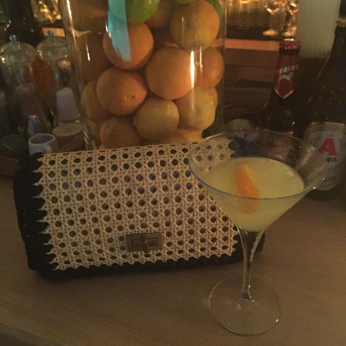 Φοράω την τελευταία μου απόκτηση από την Συλλογή της Ειρήνης Παπαδοπούλου και της One & Οnly, και απολαμβάνω το υπέροχο, ελαφρύ cocktail μου με gin, grapefruit, orange zest και βασιλικό, με βάση τα υλικά από τη φάρμα του The Margi