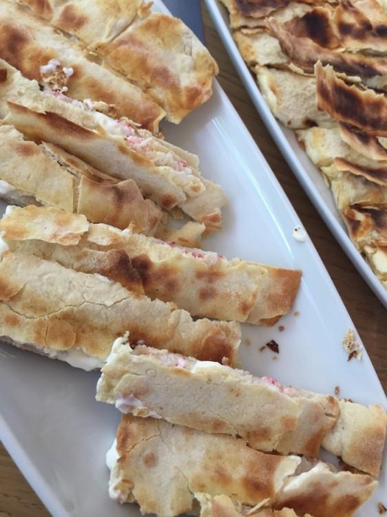 """Μέσα στην πίτα υπάρχουν γαρίδες οι οποίες έφτασαν σήμερα το πρωί στον """"Ψαρά"""", ζωντανές!"""