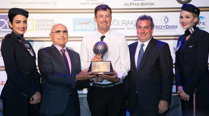 Ο Πρόεδρος της Aegean Airlines Θεόδωρος Βασιλάκης και ο Πρόεδρος και CEO της ΤΕΜΕΣ Α.Ε Αχιλλέας Β. Κωνσταντακόπουλος απονέμουν το βραβείο στον 1ο νικητή του 10ου Aegean Airlines Pro-Am, κ. Jake Roos