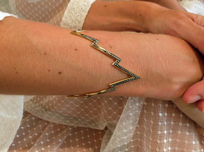 Λεπτομέρειες από τα κοσμήματα της Ευγενίας Νιάρχου που επέλεξε να φορέσει την βραδιά του πάρτι