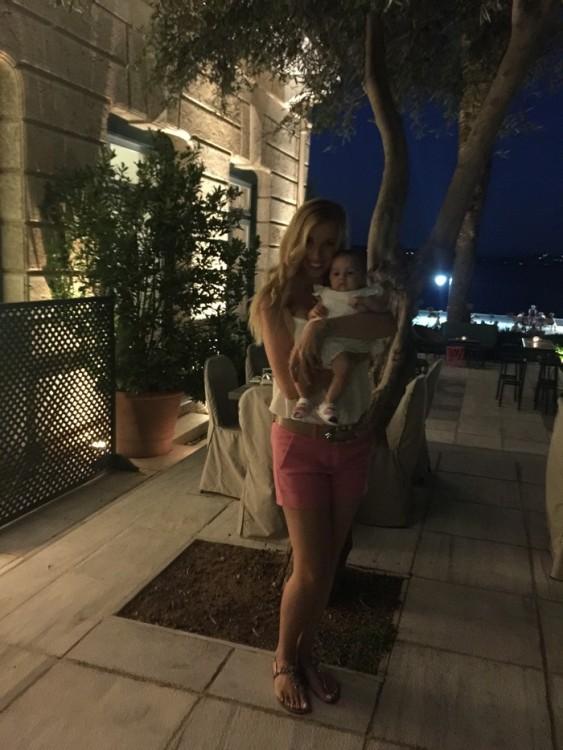 ...Στην οποία προστίθεται η Εύη Κούκιαρη με την μόλις λίγων μηνών κόρη της...