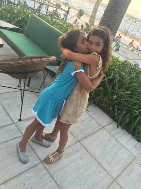 Η κόρη της Ναλίτας Καρρέρ, Νταίζη, με την κόρη μου, Ελμίνα. Στις ίδιες βεράντες ακριβώς που ήμασταν και εμείς αγκαλιασμένες στην δική τους ηλικία...