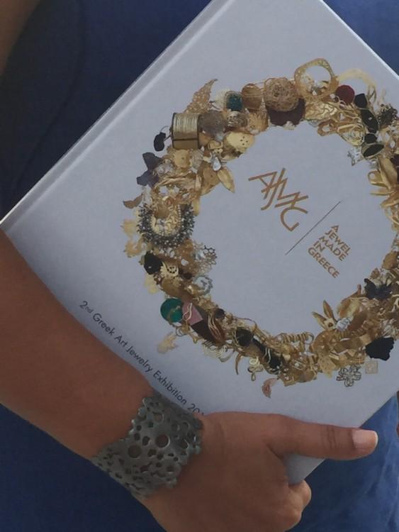 """Με την όμορφη έκδοση """"A Jewel Made in Greece"""", και το βραχιόλι με την υπογραφή της Μαίρης Σαμόλη, χθες βράδυ, στο Ποσειδώνιο..."""