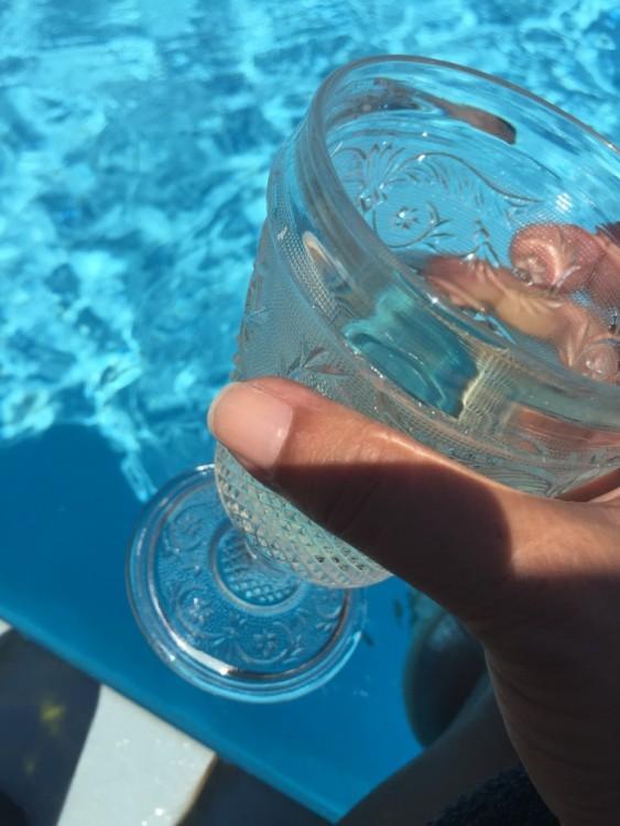 Με ένα ποτήρι δροσερό κρασί. Φυαγμένο από εμάς...