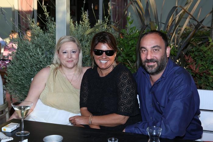 Η Ρίτα Σταματάκη, η Φαίη Μπέη με τον σύζυγο της Νικόλα Κατσαρό