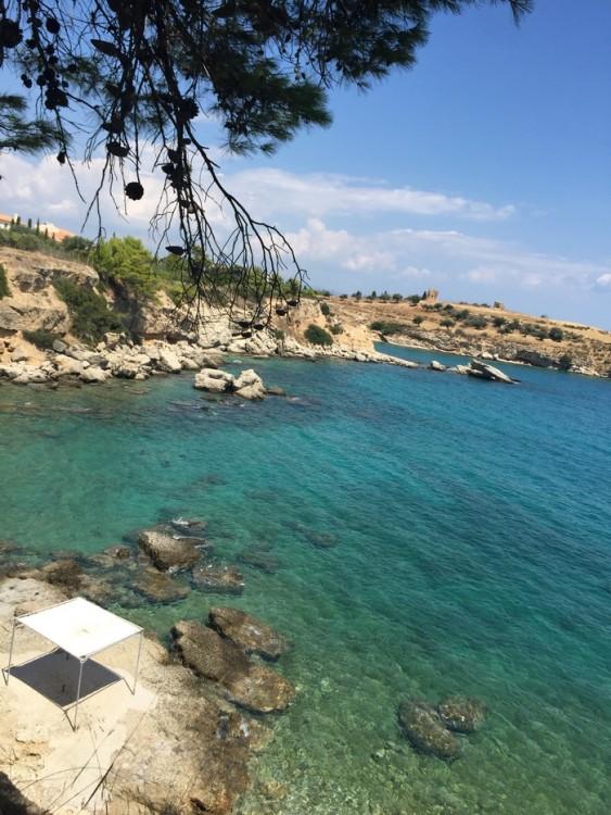 Στα πόδια μας η θάλασσα...Και οι κολώνες που τοποθέτησε μία μία ο Άλκης Δαυίδ, για να τις χρησιμοποιήσει ως σκηνικό της ταινίας του...