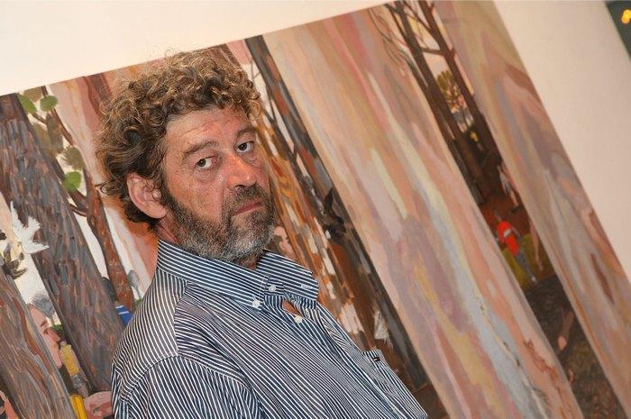 Ο ζωγράφος Κώστας Παπανικολάου με φόντο το έργο «Φούγκα IV».