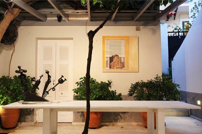 Άποψη της αυλής της γκαλερί Citronne και του έργου «Παράθυρο», του Κ. Παπανικολάου.
