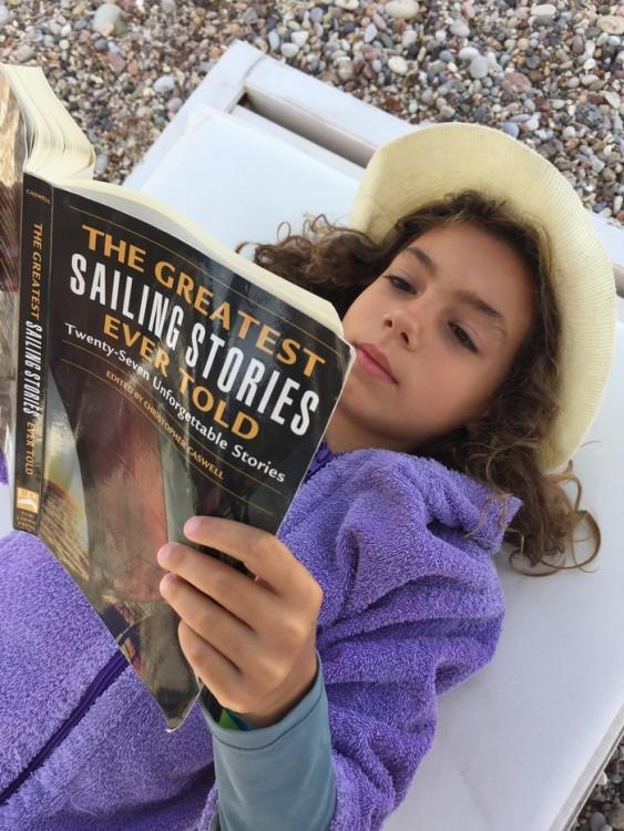 ...Και το πρωί μετά το μάθημα της ιστιοπλοϊας, το διαβάζει -με μανία- η Ελμίνα...