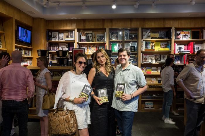 H Τινα Λιβανου με την Χρυσα Αβραμη και τον παραγωγο του Broadway John Retsios στο Book Marc