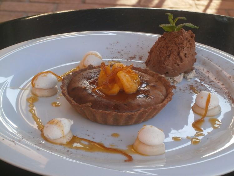 Τάρτα με Μακεδονικό Χαλβά, mousse σοκολάτας και sauce μανταρίνι