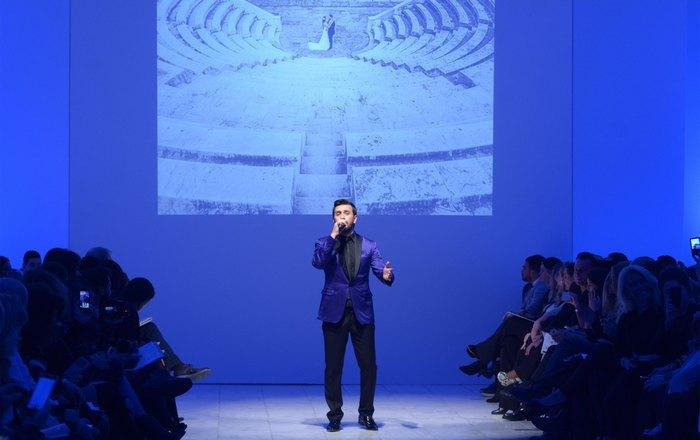 Το event ξεκίνησε με τον Θάνο Πετρέλη να τραγουδάει το ''Θυμίζεις κάτι από Ελλάδα'...