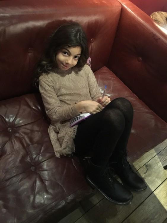Η Ελμίνα γράφει την πρώτη σελίδα του νέου Ημερολογίου της περιμένοντας τις φίλες της. Α, και δείχνει υπερήφανη τις πρώτες Dc.Martins της, που μόλις αγοράσαμε από το Covent Garden...