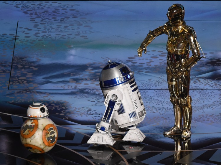 Star Wars C-3PO (R) R2D2 and BB-8 (L) arrive on stage at the 88th Oscars on February 28, 2016 in Hollywood, California. AFP PHOTO / MARK RALSTON / AFP / MARK RALSTON (Photo credit should read MARK RALSTON/AFP/Getty Images)