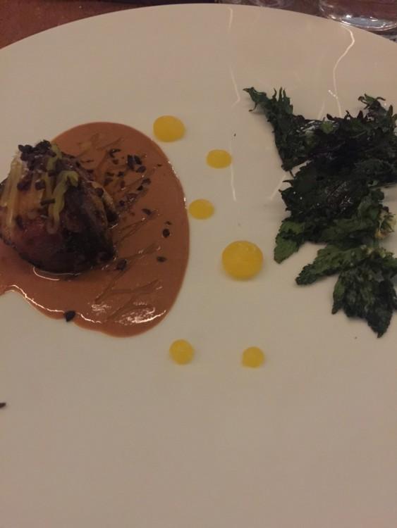 το φουαγκρά σωτέ με σάλτσα αμυγδάλου και «πιτσίλες» μανταρινιού είναι ένα ξεχωριστό πιάτο, με απόλυτη ισορροπία και απροσδόκητο σύμμαχο τα crispy φύλλα τσουκνίδας που το συνοδεύουν