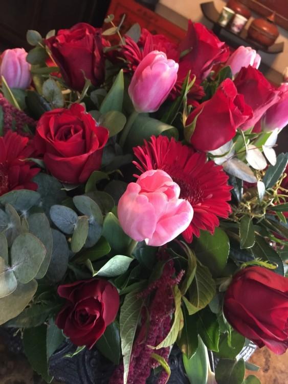 Να ξυπνάς την πρώτη μέρα του μήνα, και να σου στέλνουν αυτό το υπέροχο μπουκέτο από κόκκινα και ροζ άνθη...