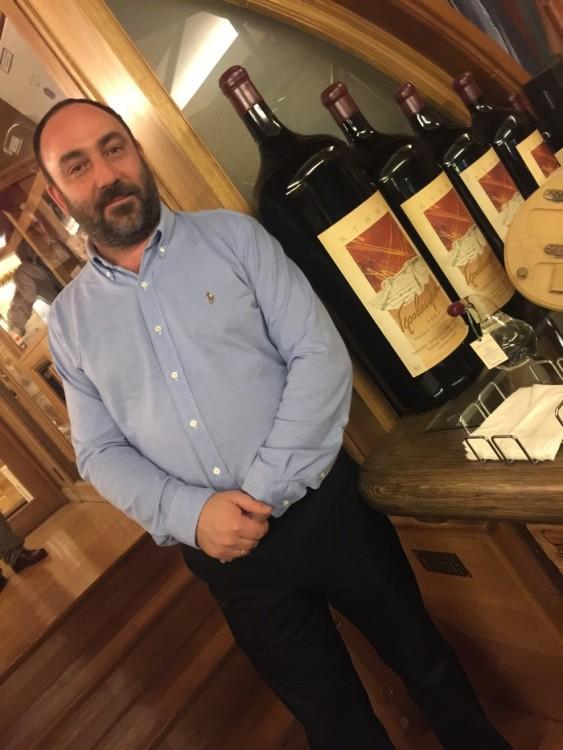 Ο Νικόλας δίπλα σε ένα salmanazar! A 9-litre bottle of wine...