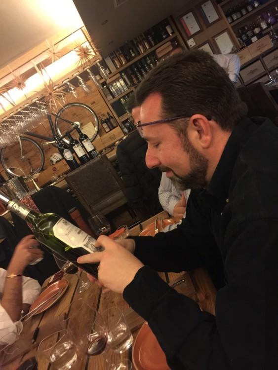 Ο Χρίστος Φίλιος επιλέγει το κρασί της βραδιάς. Είναι δύσκολος. Ταξιδεύει πολύ και συχνά για να βρει αυτό που θέλει, αλλά σήμερα είναι παραπάνω από ικανοποιημένος. Όλα όσα ψάχνει, τα βρίσκει στην αγκαλιά τούτης εδώ της Κάβας...