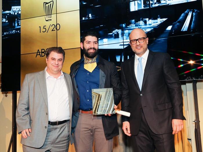 Ο ιδιοκτήτης του «Abovo» Νικόλας Γερολυμάτος και ο σεφ Μιχάλης Νουρλόγλου παραλαμβάνουν το βραβείο τους (με βαθμολογία 15/20 και έναν Χρυσό Σκούφο) από τον πρόεδρο και διευθύνοντα σύμβουλο της Volvo Car Hellas Γιάννη Πετούλη.